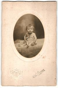 Fotografie A. Louveau, Laval, Portrait sitzendes Kleinkind im Hemdchen mit Halskette