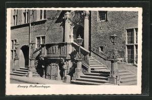 AK Danzig / Gdansk, An der Rathaustreppe