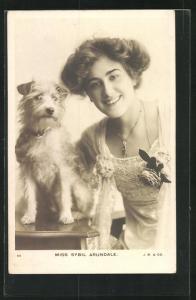AK Schauspielerin Sybil Arundale mit Hund in die Kamera lächelnd