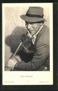 AK Schauspieler Carl Raddatz im Anzug mit Hut und Reitgerte