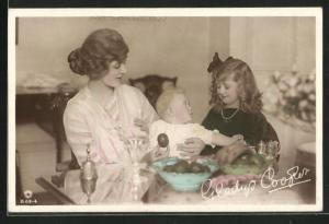 AK Schauspielerin Miss Gladys Cooper mit Joan & Baby John