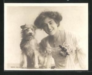 AK Schauspielerin Miss Sybil Arundale mit Hund