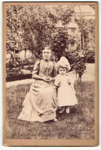 Fotografie unbekannter Fotograf und Ort, Portrait sitzende Dame und kleines Mädchen in modischen Kleidern