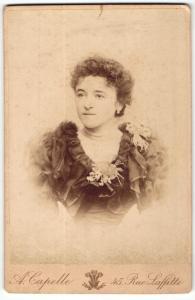 Fotografie A. Capelle, Paris, Portrait elegant gekleidete Dame mit Ohrringen