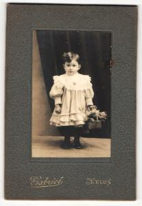 Fotografie Gabriel, Melun, Portrait hübsch gekleidetes kleines Mädchen mit Blumenkorb
