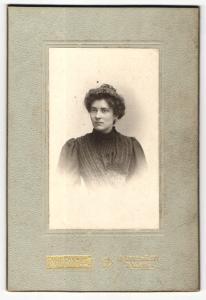 Fotografie M. H. Fontes, Paris, Portrait elegant gekleidete Dame mit Hochsteckfrisur