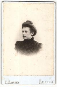 Fotografie L. Zarski, Amiens, Portrait elegant gekleidete Dame mit Hochsteckfrisur