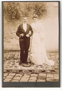 Fotografie unbekannter Fotograf und Ort, Portrait bürgerliches Paar in Hochzeitskleidung mit Hut