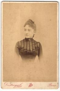 Fotografie Destreguil, Paris, Portrait elegant gekleidete Dame mit Hochsteckfrisur