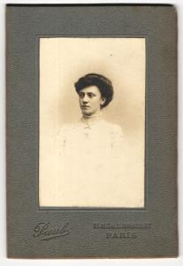 Fotografie Paul, Paris, Portrait elegant gekleidete Dame mit Hochsteckfrisur