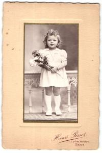 Fotografie Henri Pissot, Sens, Portrait hübsch gekleidetes Mädchen mit Blumenstrauss