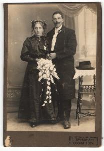 Fotografie J. Zimmermann, Eggenfelden, Portrait bürgerliches Paar in Hochzeitskleidung mit Blumenstrauss