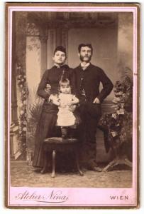 Fotografie Atelier Nina, Wien, Portrait bürgerliches Paar mit kleiner Tochter in hübscher Kleidung