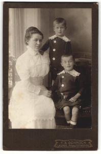 Fotografie F. X. Schröck, Laufen a / d. Salzach, Portrait sitzende Dame mit zwei Jungen in hübscher Kleidung