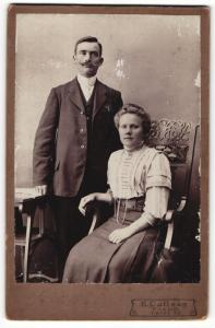 Fotografie B. Callsen, Husum, Portrait bürgerliches Paar in modischer Kleidung