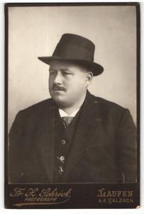 Fotografie Fr. X. Schröck, Laufen a. d. Salzach, Portrait bürgerlicher Herr im Anzug mit Schnurrbart und Hut