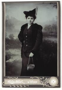 Fotografie Atelier Kral, Wien, Portrait elegant gekleidete Dame mit Pelz und Handtasche