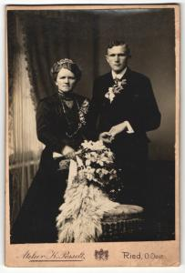 Fotografie K. Posselt, Ried, Portrait bürgerliches Paar in Hochzeitskleidung mit Blumenstauss