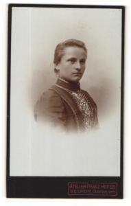Fotografie Atelier Franz Hofer, Weilheim / Obb., Portrait junge Frau in bestickter Bluse