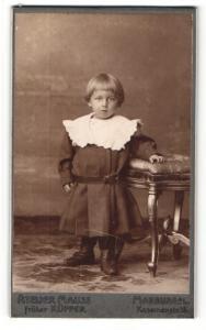 Fotografie Atelier Mauss, Marburg a. L., Portrait niedliches blondes Kleinkind im Kleid