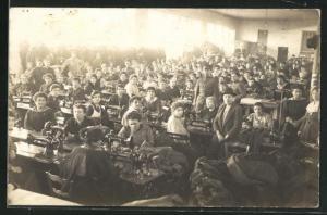 Foto-AK Näherinnen bei der Arbeit an ihren Nähmaschinen