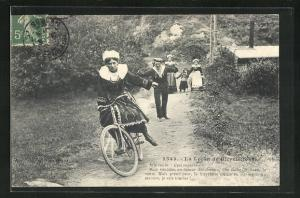 AK La Lecon de Bicyclette, Junge Frau stürzt mit dem Fahrrad