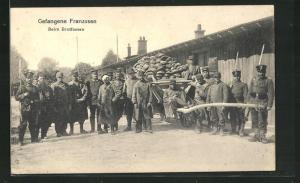 AK Gefangene Franzosen, Beim Brotfassen