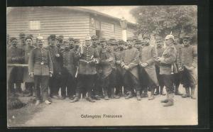AK Gefangene Franzosen und Soldaten in Uniform mit Pickelhaube