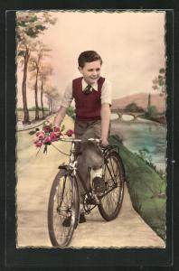 AK Junge mit einem Blumenstrauss auf einem Fahrrad