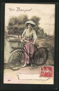 AK Hübsche Frau mit Fahrrad