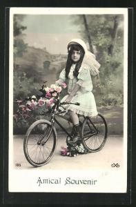 AK Hübsches Mädchen mit Blumenstrauss auf einem Fahrrad