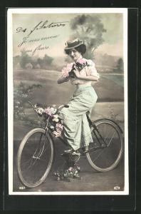 AK Hübsche junge Frau mit Blumen auf einem Fahrrad