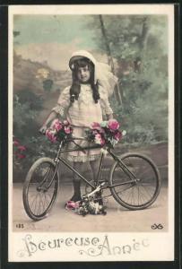 AK Hübsches Mädchen mit Blumen am Fahrrad stehend