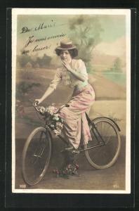 AK Hübsche junge Frau auf einem Fahrrad