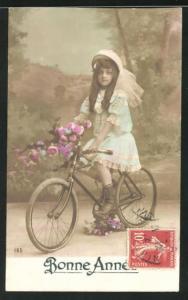 AK Hübsches Mädchen mit Blumen auf einem Fahrrad