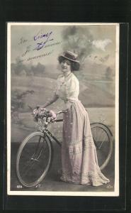 AK Hübsches junges Mädchen mit Blumen am Fahrrad