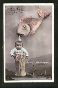 AK Fisch hält einen Sack mit einem Kleinkind im Maul, Gruss zum 1. April