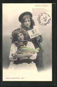 AK Kinder präsentieren einen Fisch auf dem Tablett, Gruss zum 1. April