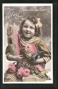 AK Mädchen im Matrosenanzug hält zwei Fische in den Händen, 1. April