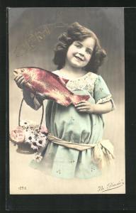 AK Mädchen hält lächelnd einen Fisch in die Höhe, Gruss zum 1. April