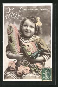 AK Mädchen im Matrosenanzug hält zwei Fische in den Händen, Gruss zum 1. April