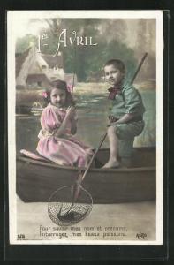 AK Kinder fangen im Ruderboot Fische mit dem Kescher, 1. April
