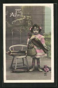 AK Kleines Mädchen hält einen Fisch in der Hand, 1. April