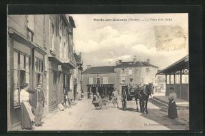 AK Monts-sur-Guesnes, La Place et la Halle
