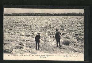 AK Nantes, Les glaces en Loire-Deux jeunes explorateurs audacieux seprèpare à traverser le fleuve