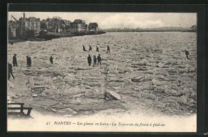 AK Nantes, Les glaces en Loire-La Traversèe du fleuve à pied sec