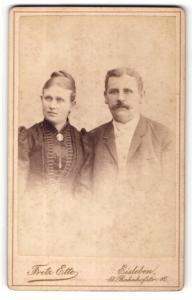 Fotografie Fritz Ette, Eisleben, Portrait bürgerliches Paar in hübscher Kleidung