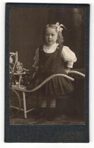 Fotografie H. Schmeck, Siegen, Portrait kleines Mädchen mit Puppe und Schubkarre