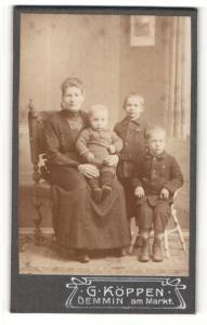 Fotografie G. Köppen, Demmin, Portrait Mutter mit drei Kindern