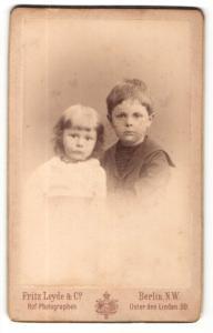 Fotografie Fritz Leyde & Co., Berlin-NW, Portrait Kleinkind und älterer Bruder